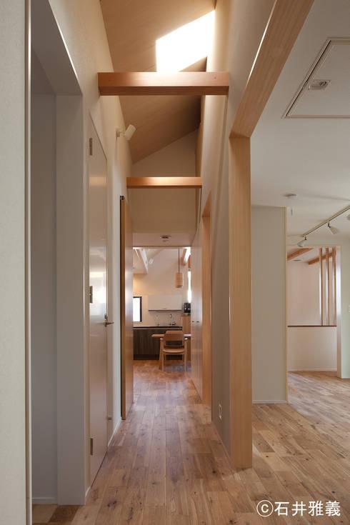 上から光が降り注ぐ中廊下: シーズ・アーキスタディオ建築設計室が手掛けた廊下 & 玄関です。