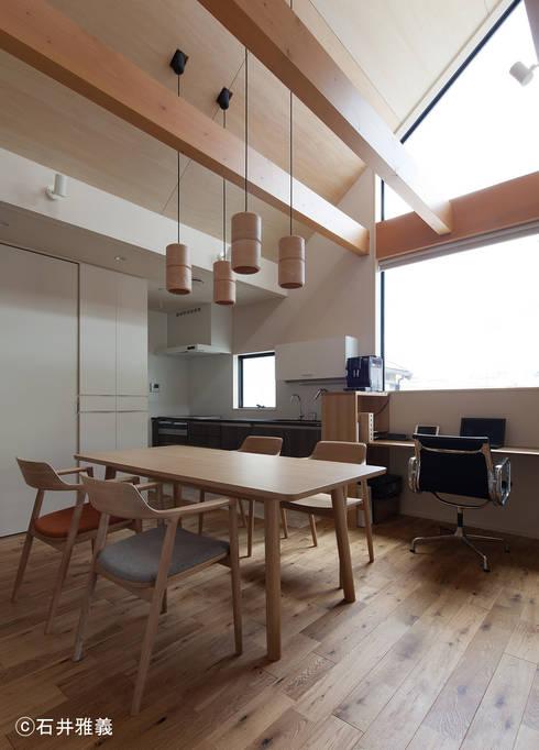 大開口のあるダイニング: シーズ・アーキスタディオ建築設計室が手掛けたダイニングです。