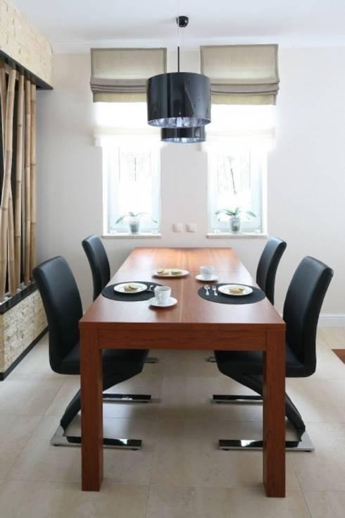 Dom z nutą Bali.: styl , w kategorii Jadalnia zaprojektowany przez CAROLINE'S DESIGN