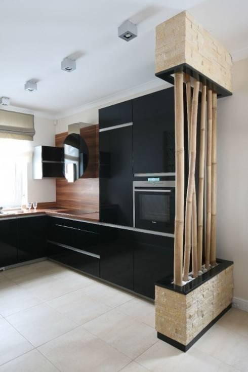 Dom z nutą Bali.: styl , w kategorii Kuchnia zaprojektowany przez CAROLINE'S DESIGN