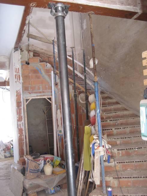 Pasillos y recibidores de estilo  por Aris & Paco Camús