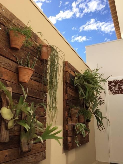 Jardim vertical: Jardins tropicais por Celina Molinari Arquitetura e Interiores