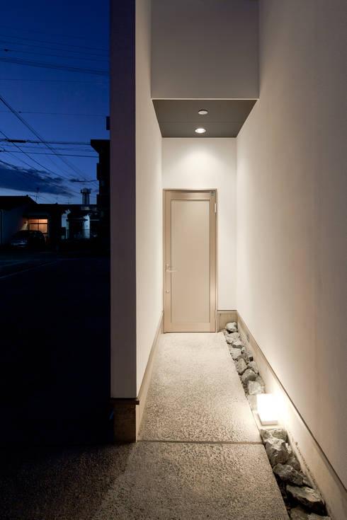 エントランス: 堺武治建築事務所が手掛けた窓です。