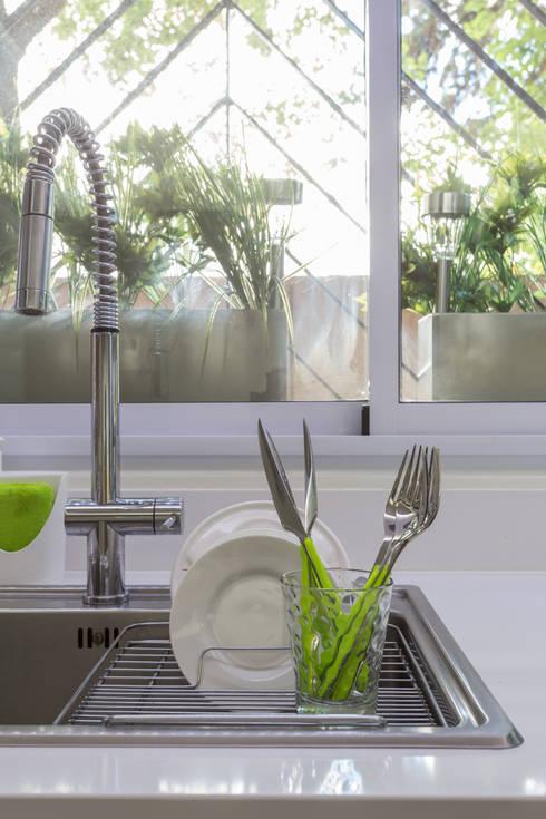 modern Kitchen تنفيذ GUTMAN+LEHRER ARQUITECTAS