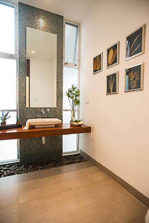 Baños de estilo moderno por Ancona + Ancona Arquitectos