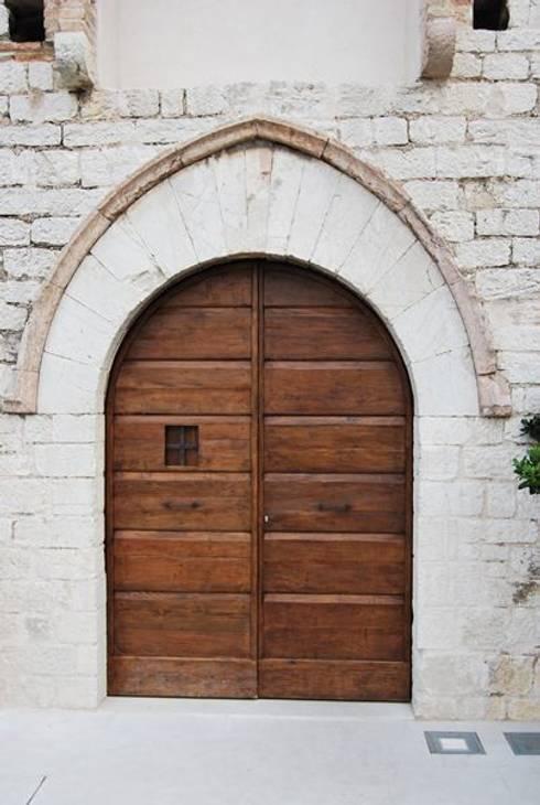 Puertas y ventanas de estilo  por Porte del Passato