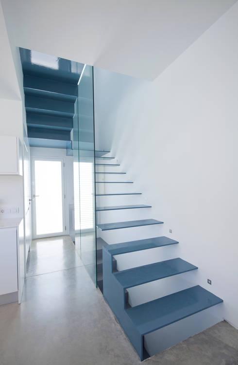 Salas / recibidores de estilo  por RM arquitectura