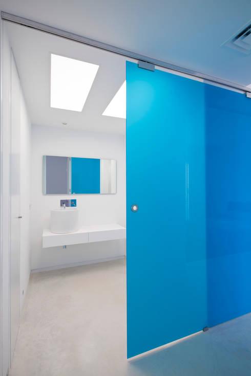 CASA RM: Baños de estilo minimalista de RM arquitectura