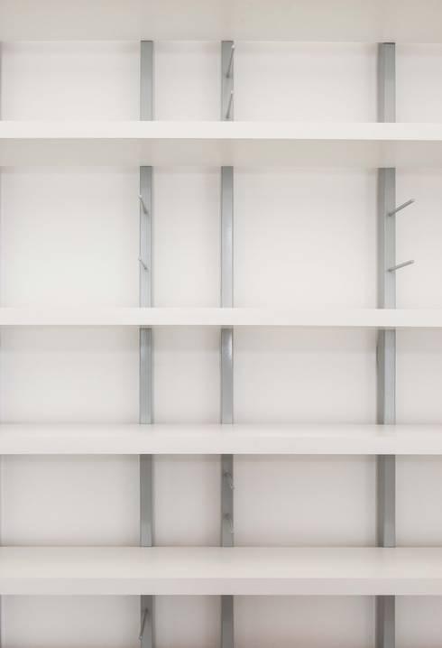I 2015: Studio in stile in stile Classico di Antonio Buonocore
