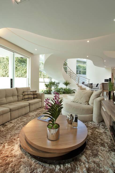 Salas de entretenimiento de estilo  por Arquiteto Aquiles Nícolas Kílaris