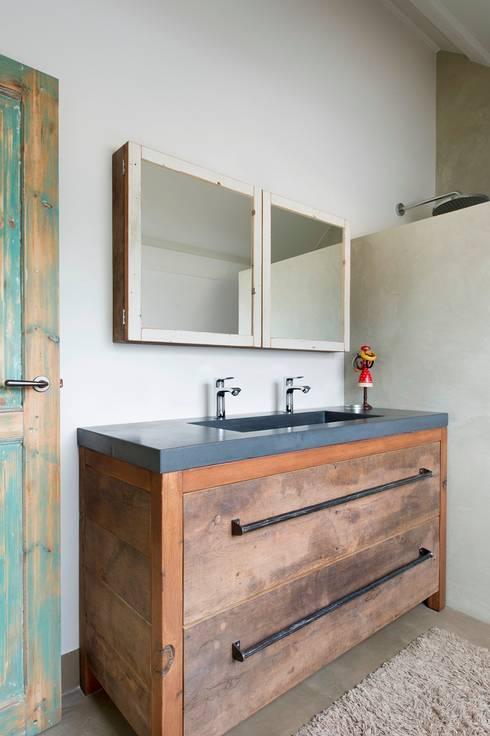 Badkamermeubel oud eikenhout: industriële Badkamer door RestyleXL