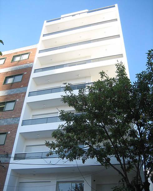 Edificio Mastil PISOS DE VIVIENDA - MONTAÑESES 2741 C.A.B.A. : Casas de estilo moderno por vivasarquitectos