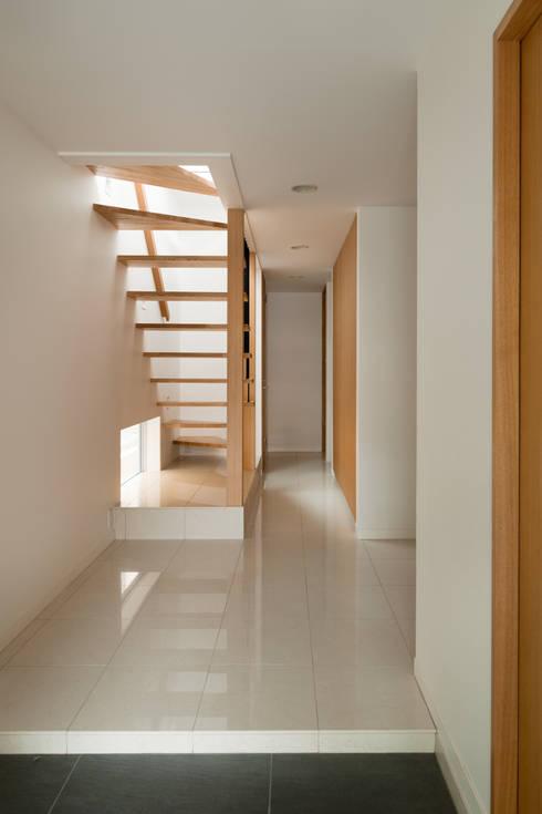 玄関ホール・階段: 伊藤一郎建築設計事務所が手掛けた廊下 & 玄関です。