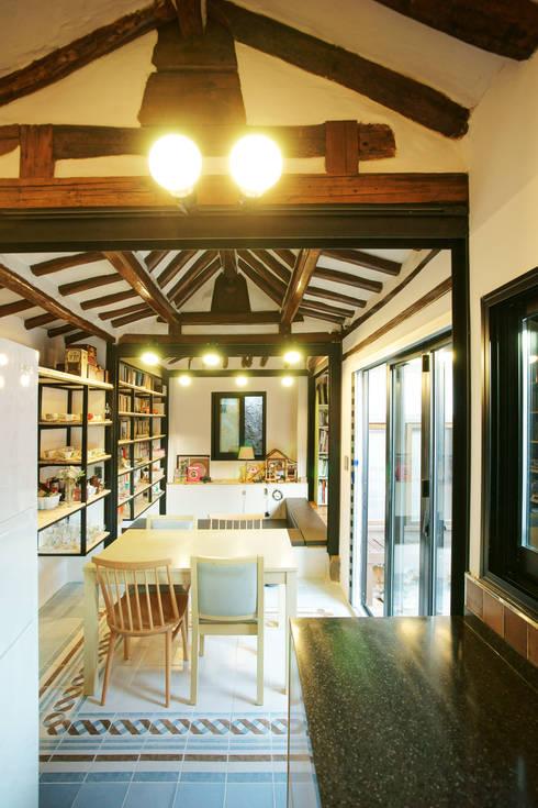 Buam-dong House: JYA-RCHITECTS의  다이닝 룸