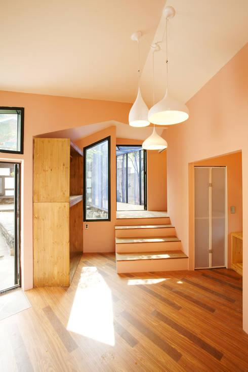 Buam-dong House: JYA-RCHITECTS의  거실
