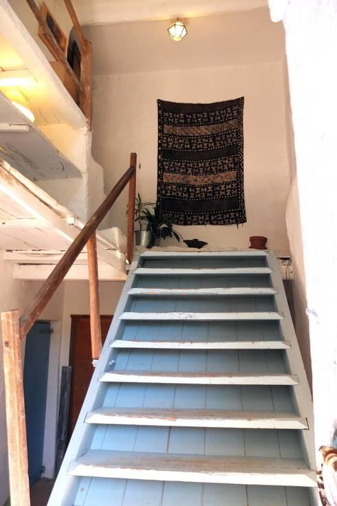 """Mas Novis, son entrée principale en """"escalier de meunier"""": Couloir et hall d'entrée de style  par Mas Novis"""