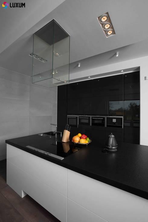 Płyty z betonu architektonicznego: styl , w kategorii Kuchnia zaprojektowany przez Luxum