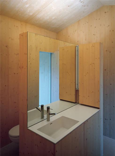 Neubau Doppeleinfamilienhaus : minimalistische Badezimmer von Gut Deubelbeiss Architekten AG