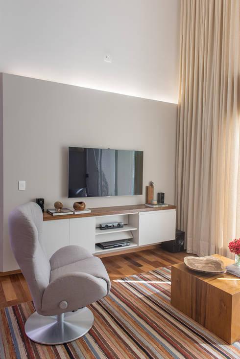 Salas de estilo  por GUSTAVO GARCIA ARQUITETURA E DESIGN