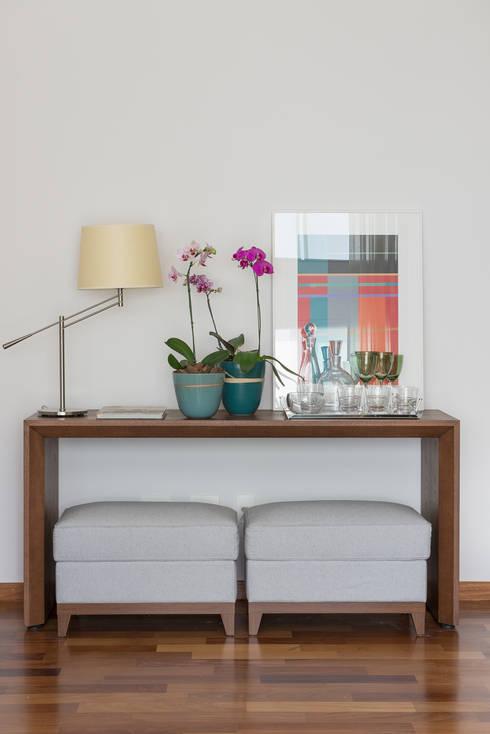 Apartamento Duplex: Salas de estar clássicas por GUSTAVO GARCIA ARQUITETURA E DESIGN