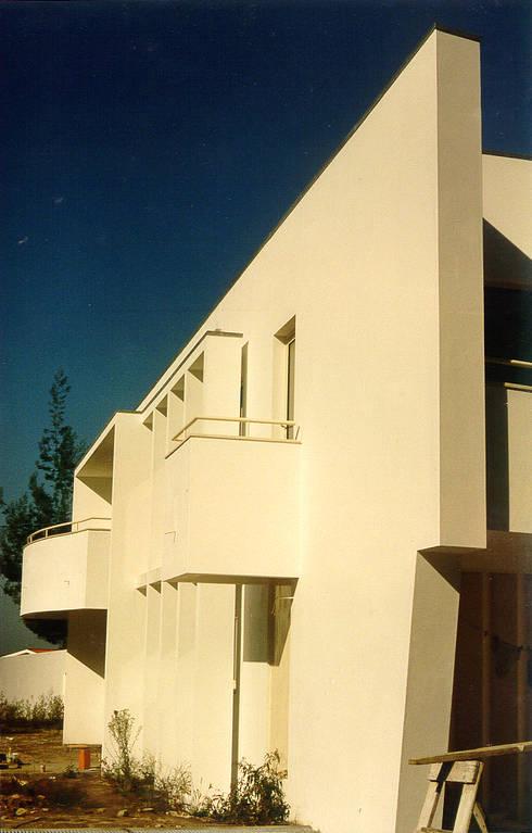 Vista do acesso à garagem: Casas modernas por José Melo Ferreira, Arquitecto