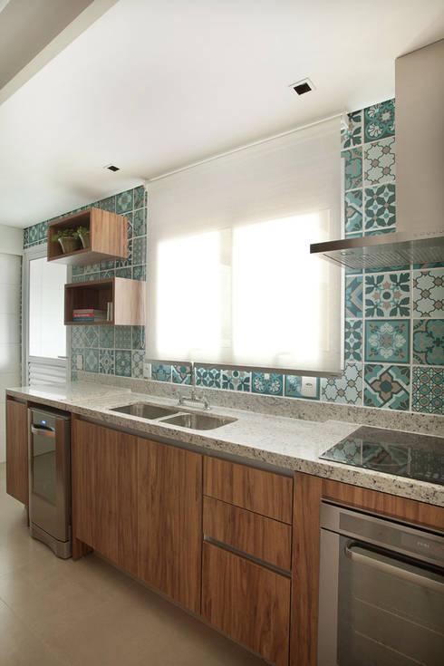 Apartamento na Pompeia, São Paulo: Cozinhas modernas por Liliana Zenaro Interiores