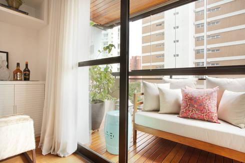 Apartamento em Vila Nova Conceição, São Paulo: Terraços  por Liliana Zenaro Interiores