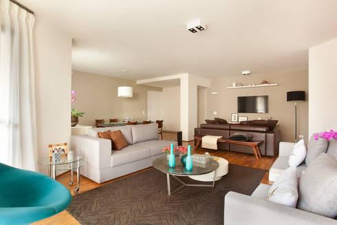 Apartamento em Vila Nova Conceição, São Paulo: Salas de estar modernas por Liliana Zenaro Interiores