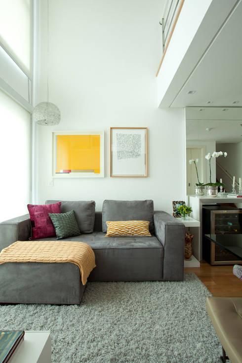 Loft em Moema, São Paulo: Salas de estar modernas por Liliana Zenaro Interiores
