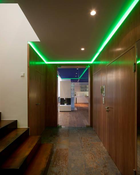 Wohnung D.:  Flur & Diele von schröckenfuchs∞architektur