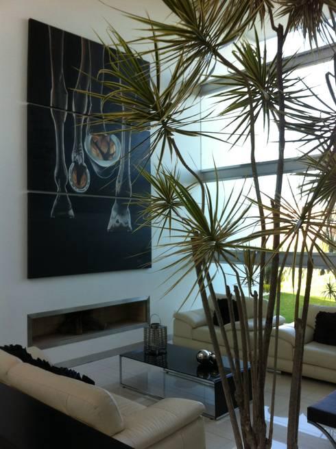 Sala a doble altura: Salas de estilo minimalista por ARKIZA ARQUITECTOS by Arq. Jacqueline Zago Hurtado