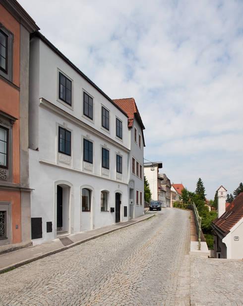 Strassenfassade:  Häuser von schröckenfuchs∞architektur