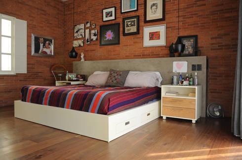 Base de cama.: Recámaras de estilo industrial por Mediamadera
