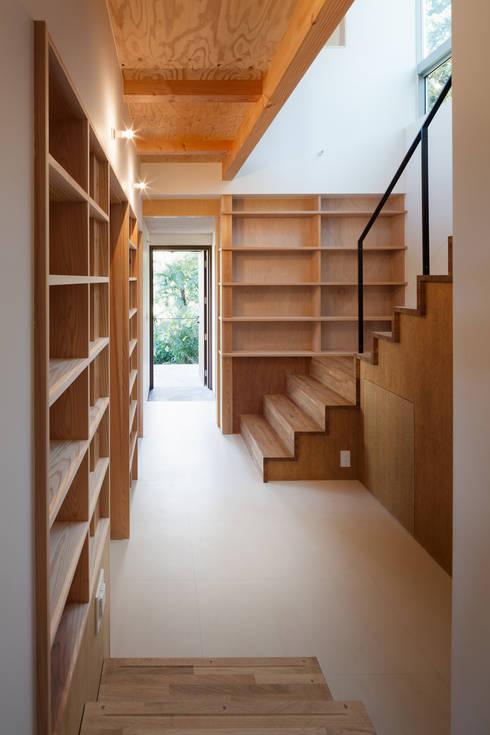 1階階段廻り書籍スペース: HAN環境・建築設計事務所が手掛けた廊下 & 玄関です。
