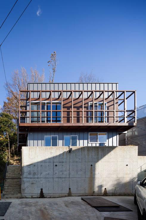 西側ファサード: HAN環境・建築設計事務所が手掛けた家です。