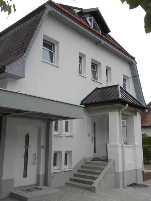 Getrennte Hauseingänge:   von Architekturbüro Eberhardt