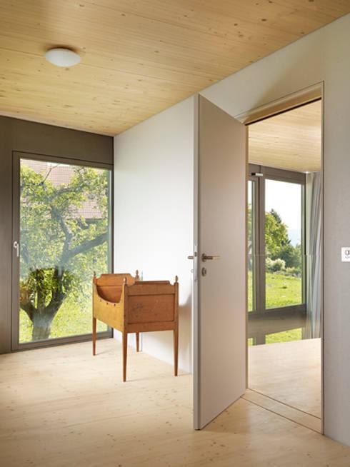 House in Maracon :  Fenster von LOCALARCHITECTURE