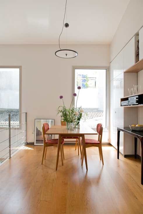La salle à manger: Salle à manger de style  par MELANIE LALLEMAND ARCHITECTURES