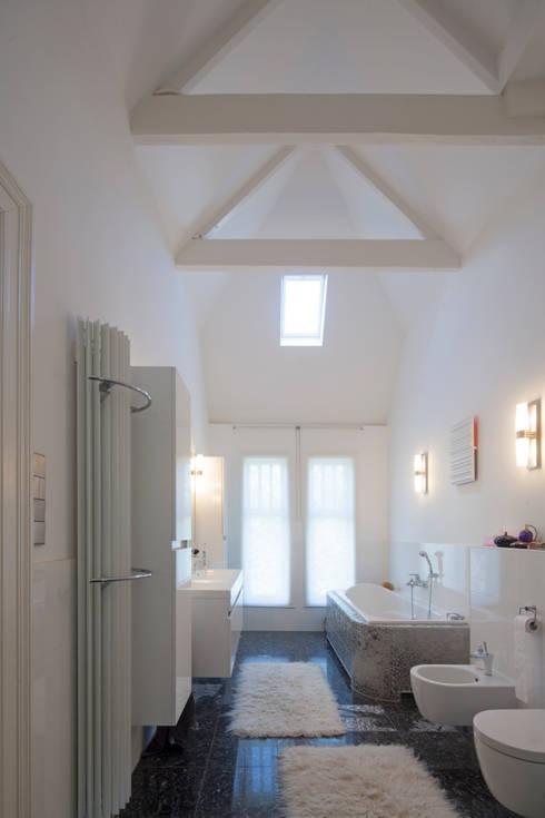 GLAZEN UITBOUW DUINWEG_06:  Badkamer door HOYT architecten