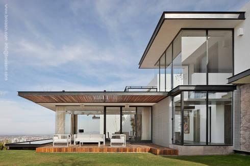 Fachada Noreste: Casas de estilo moderno por BROISSIN