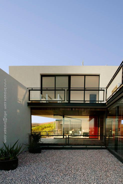 Patio de acceso: Casas de estilo moderno por BROISSIN
