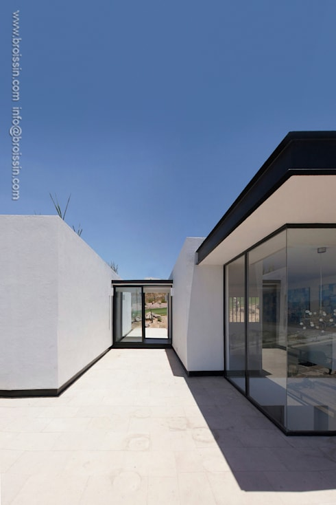 Fachada noreste superior: Casas de estilo  por BROISSIN