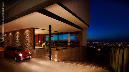 Acceso posterior: Casas de estilo moderno por BROISSIN