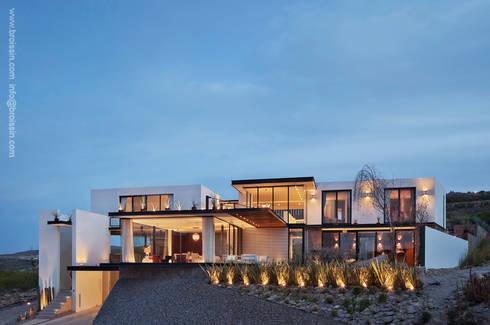 Fachada norte: Casas de estilo moderno por BROISSIN