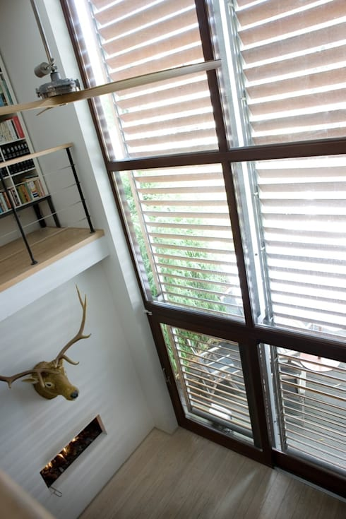 WOONHUIS MET FOTOSTUDIO_03:  Woonkamer door HOYT architecten