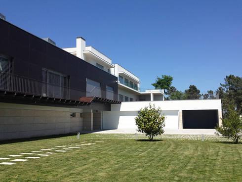 Habitação Unifamiliar: Casas modernas por AMVC - Arquitectos Associados