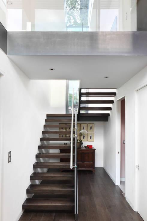 E2 PAVILION ECO HOUSE, BLACKHEATH:  Corridor & hallway by E2 Architecture + Interiors