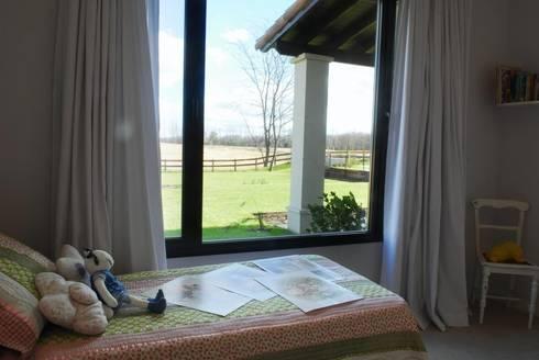 Vista desde DORMITORIO: Dormitorios de estilo rural por Parrado Arquitectura
