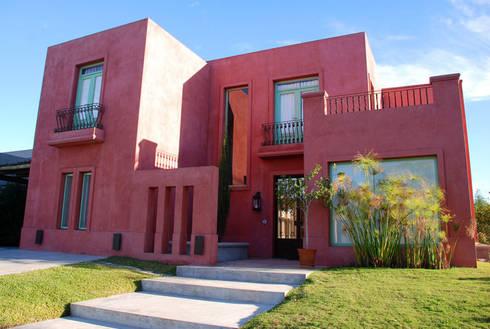 Los Sauces 201. Nordelta: Casas de estilo rústico por HOUSING ARGENTINA SA