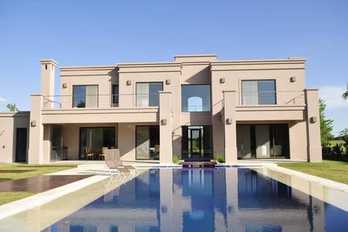 fachada contrafrente: Casas de estilo clásico por Parrado Arquitectura